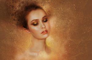 kobieta w złotym makijażu