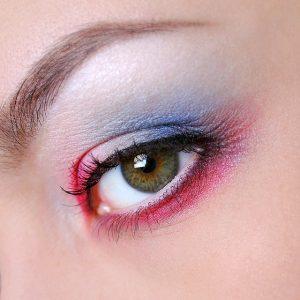 duże zbliżenie na oko pomalowane na różowo i niebiesko