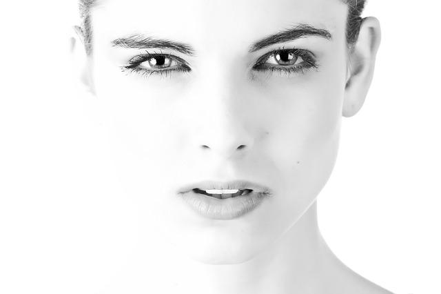 biało - czarna fotografia młodej kobiety