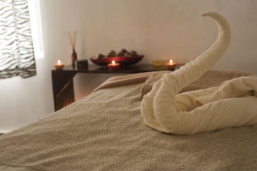 Łóżko na którym wykonywany jest masaż chińskimi bańkami